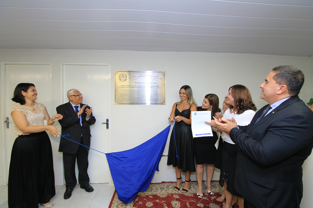 Integrantes do TJPE e da Aesga descerram placa de inauguração