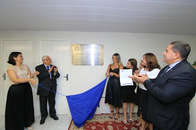 Integrantes do TJPE e da Aesga descerram placa de inauguração