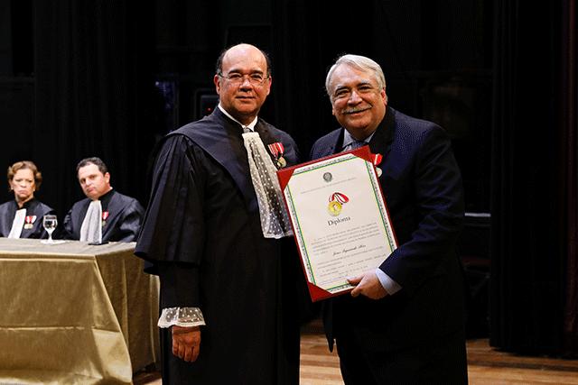Diretor geral da Esmape recebe homenagem do TRT6
